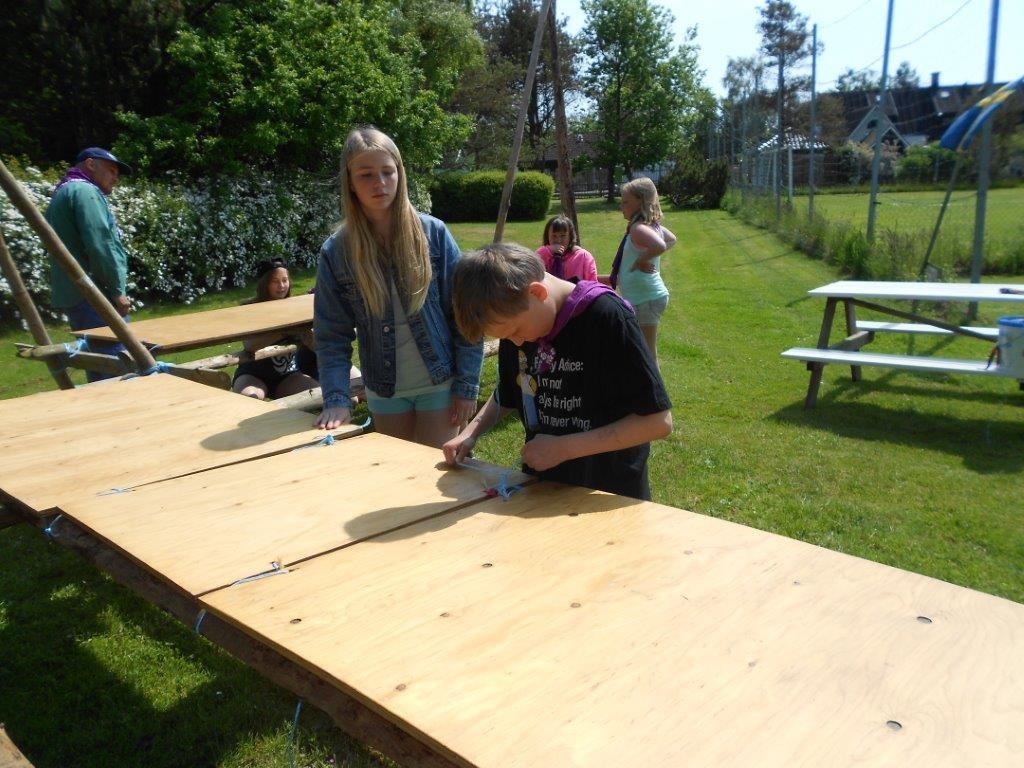 Horisontlägret startar med att scouterna bygger bord.